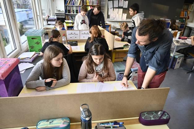 Gauthier Sandoz (rechts) und Cédric Bellini unterstützen die Kids bei der Decodierung von Braille.