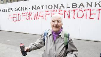Die 86-jährige Louise Schneider sprayte an die Bauwand der Nationalbank in Bern.