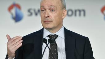 Nach Bekanntgabe des Halbjahresergebnisses haben die Swisscom-Aktien an Wert eingebüsst. Grund dafür könnte unter anderem eine Aussage von Swisscom-Chef Urs Schaeppi an der Telefonkonferenz am Morgen sein. (Archivbild)