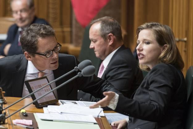 SVP-Nationalrat Roger Köppel im Gespräch mit Nationalratspräsidentin Christa Markwalde.