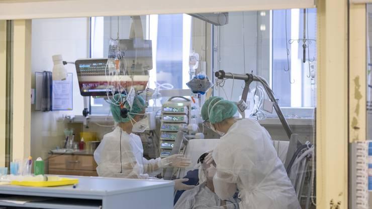 Die Patientinnen und Patienten auf der Intensivstation des Kantonsspital Baden liegen in abgeschlossenen Kojen mit Glasfenstern.