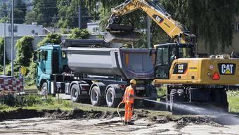 In Visp hat eine erste Sanierung von einer mit Quecksilber verschmutzten Wiese begonnen. Die oberste Schicht von 40 cm Boden wird abgetragen und von einer Spezialfirma entsorgt.