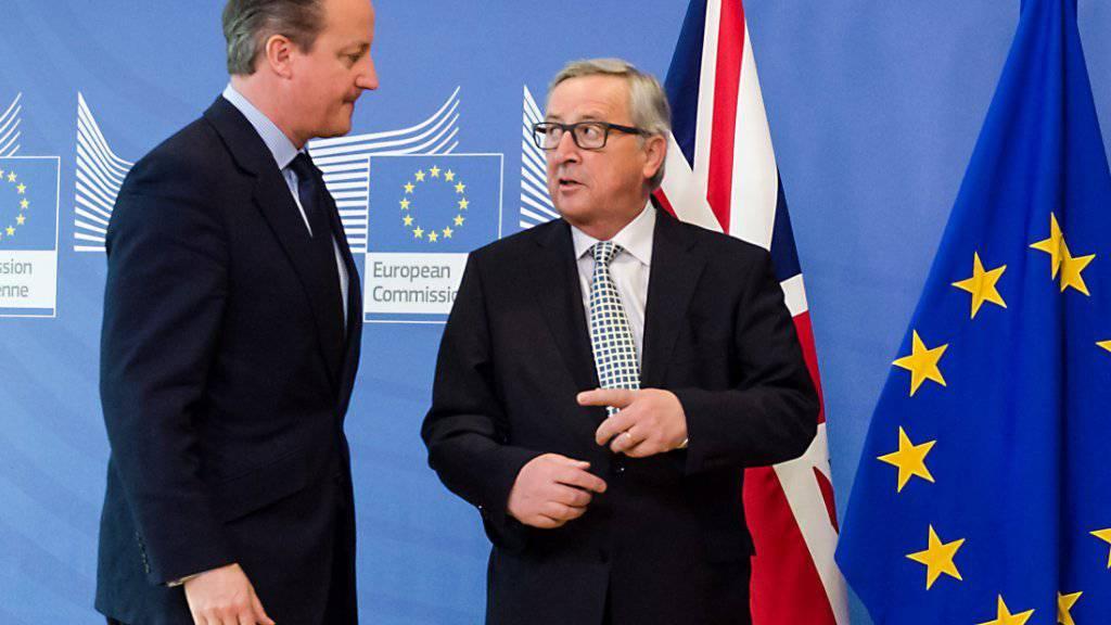 """Der britische Premier David Cameron (links) mit EU-Kommissionspräsident Jean-Claude Juncker in Brüssel. Der Brite ist optimistisch, dass am zweitägigen EU-Gipfel eine Lösung in der """"Brexit""""-Frage gefunden wird (Archiv)."""