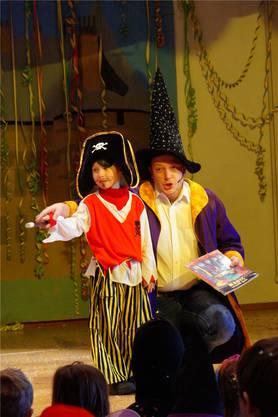 Kinderfasnachtsball Aesch: Die Kinder durften Zauberer René Dubach unterstützen. mmo