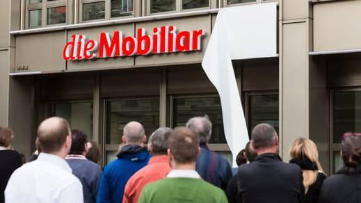 Enthüllung des neuen Logos am Berner Hauptsitz von Mobiliar.