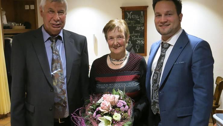 Präsident Heini Allemann, die Jubilarin Margrith Rotschi und Vizepräsident Martin Schumacher (v.l.n.r.). (Foto: ufw)