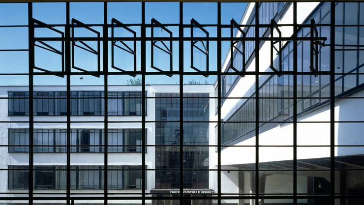 Mutige Fensterfronten mit seriellen Lüftungsflügeln am Bauhaus. (Bild Alamy)