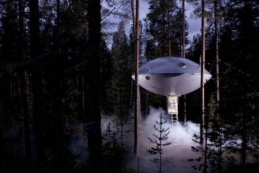 Mystisch! Hoch über dem Boden trohnt das UFO-Zimmer (Bild: treehotel.se).