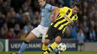 Packender Zweikampf zwischen Manchesters Edin Dzeko (l.) und Dortmunds Mats Hummels.