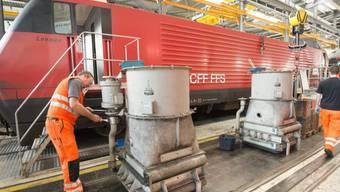 Ein SBB-Arbeiter am Dienstag bei der Modernisierung einer Lok