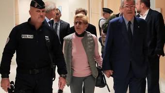 Der konservative Politiker Patrick Balkany und seine Frau Isabelle Balkany treffen zur Urteilsverkündung im Gericht ein.