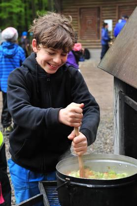 Zweimal ass die ganze Schule im Wald. In einer Gruppe machten die Kinder selber Gemüsesuppe und kochten sie auf der Feuerstelle.