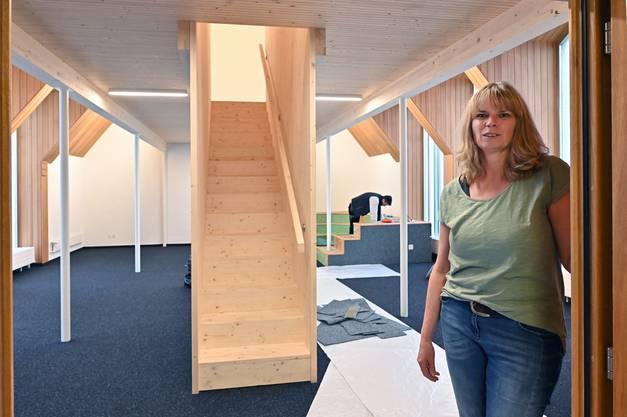 Evi Scherrer zeigt den neuen Bibliotheksraum