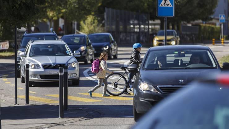 Oft queren die Kinder die Strassen während der Stosszeiten, wo lange Kolonnen stehen.