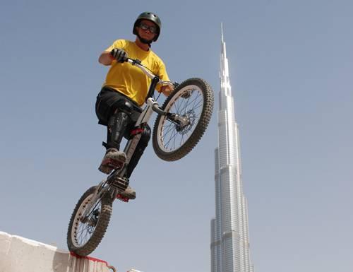 Debi Studer trickst vor dem Burj Khalifa in Dubai.