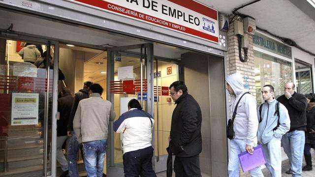 Arbeitssuchende vor dem Arbeitslosenamt in Spanien (Archiv)