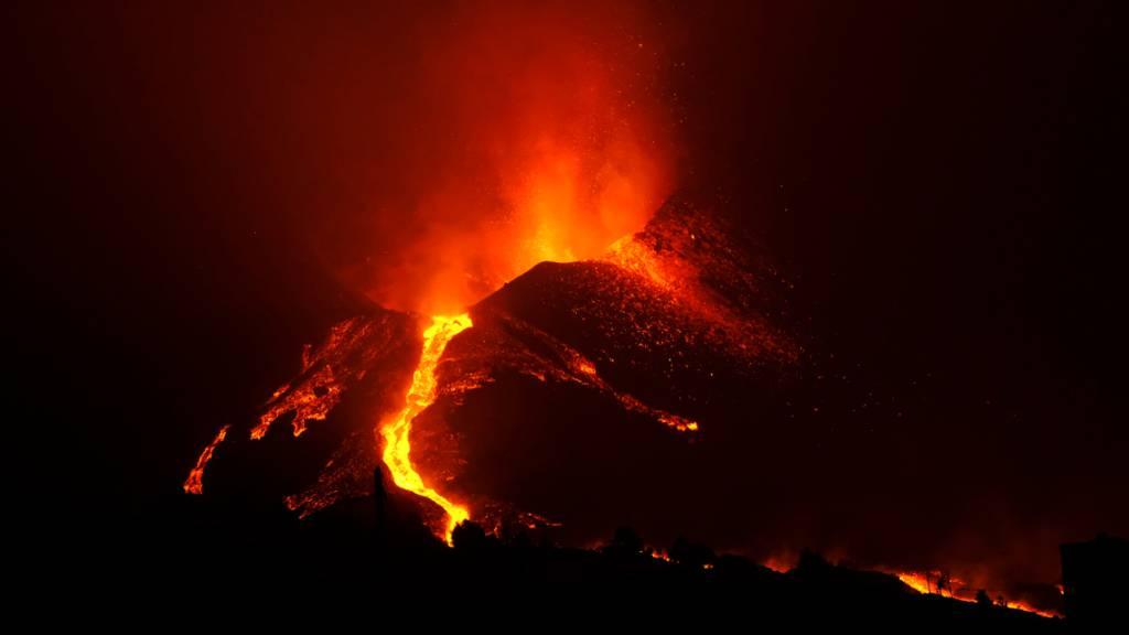 Lava fließt aus dem Vulkan Cumbre Vieja auf der Kanareninsel La Palma. Das Gebiet um den Vulkan ist erneut von mehreren relativ starken Erdbeben erschüttert worden, berichtete der staatliche Fernsehsender RTVE am Montag unter Berufung auf die zuständigen Behörden der Kanareninsel. Foto: Europa Press/EUROPA PRESS/dpa