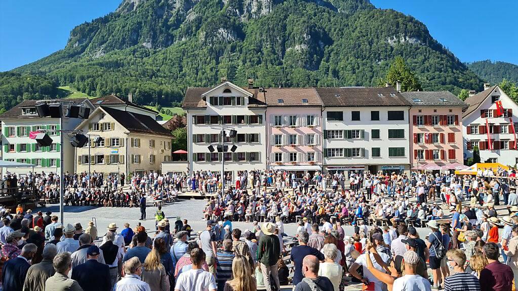 Die erste Landsgemeinde seit zweieinhalb Jahren hat im Glarnerland bei strahlendem Sonnenschein begonnen.