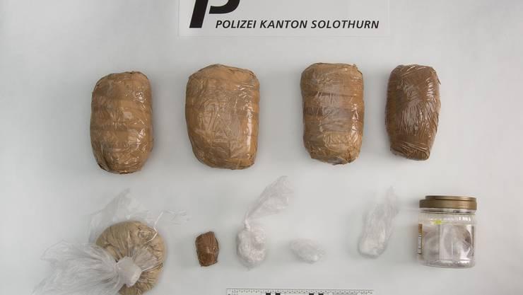 Bei der Hausdurchsuchung konnten zirka 4 Kilogramm Amphetamin, rund 1,8 Kilogramm Heroin und etwa 50 Gramm Kokain sichergestellt werden.