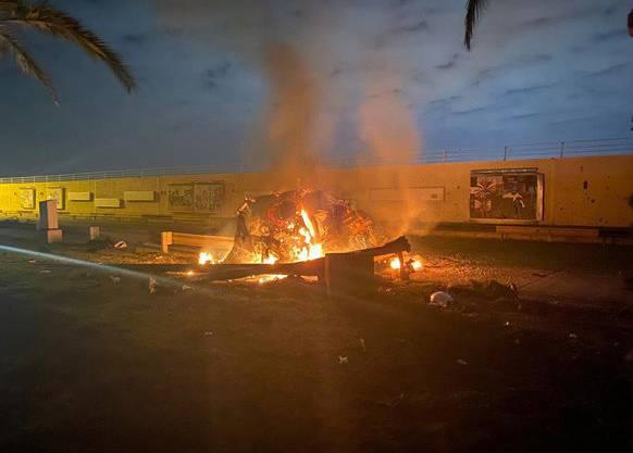 Ein brennendes Fahrzeug in der Nähe des Flughafens in Bagdad soll den Angriff der US-Streitkräfte zeigen.