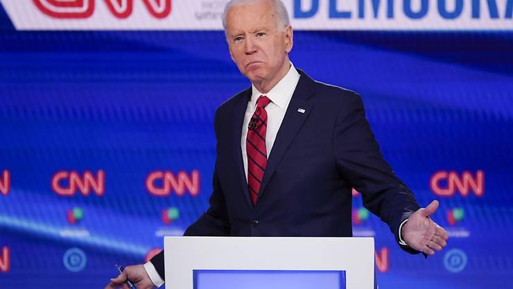 Der US-Präsidentschaftsbewerber Joe Biden hat die Vorwahl der oppositionellen Demokraten im Bundesstaat Florida ersten Prognosen zufolge gewonnen.