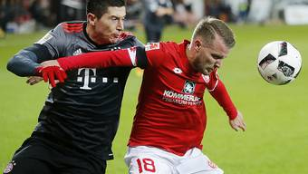 Robert Lewandowski (links) kämpft gegen den Mainzer Daniel Brosinski