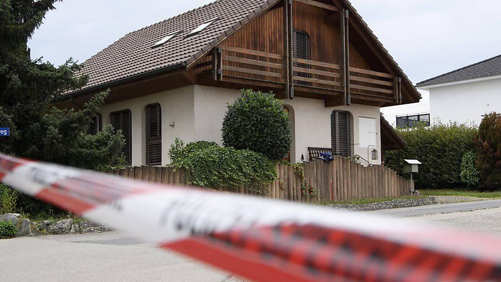 Die Polizei durchsuchte dieses Haus in Finsterhennen. Angetroffen wurde jedoch niemand.