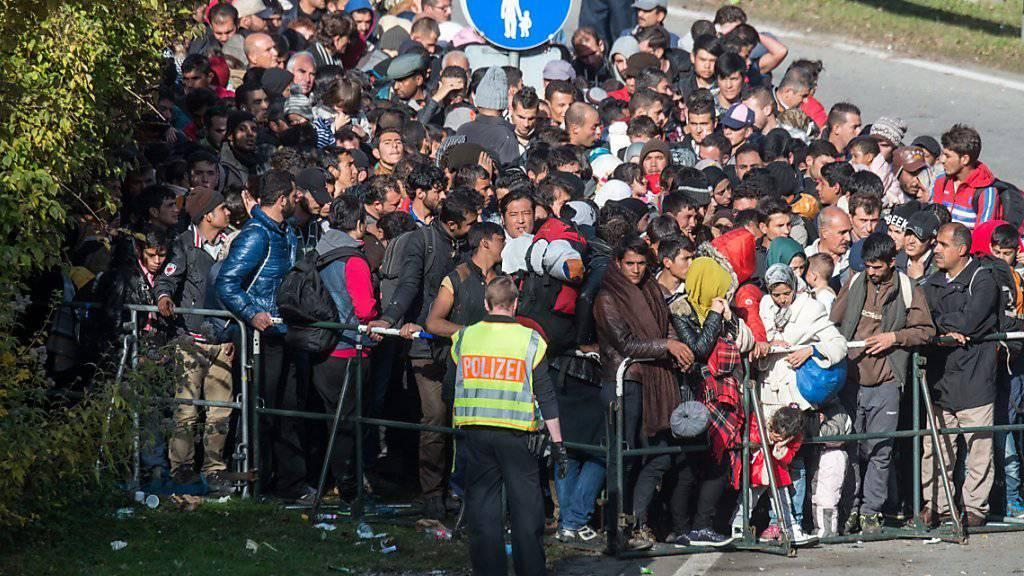 Flüchtlinge warten in Österreich an der Grenze bei Passau: Die Zahl der ankommenden Schutzsuchenden war zuletzt deutlich zurückgegangen. (Archivbild)