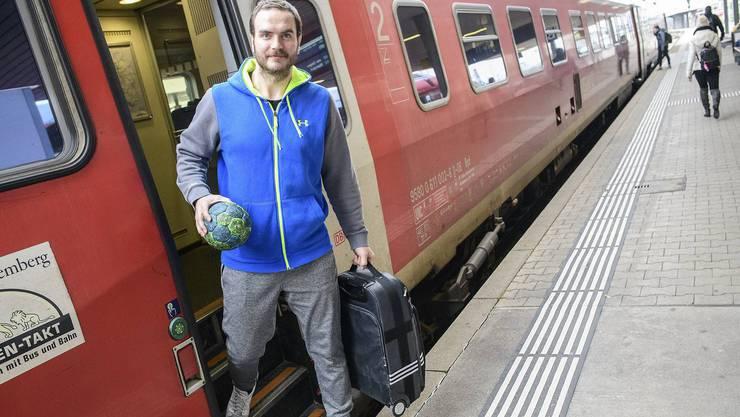 Der Scharfschütze im Zug: RTV-Topskorer Rares Jurca pendelt fürs Training von Schaffhausen nach Basel.