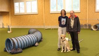 Gabi Locher (39) und Vater Hans Marti (66) mit Labrador Ulan in der Hundesporthalle.
