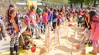 Hier legen die Kinder selbst Hand an und machen den symbolischen Spatenstich für den Kindergarten «Zentrum». Barbara Scherer