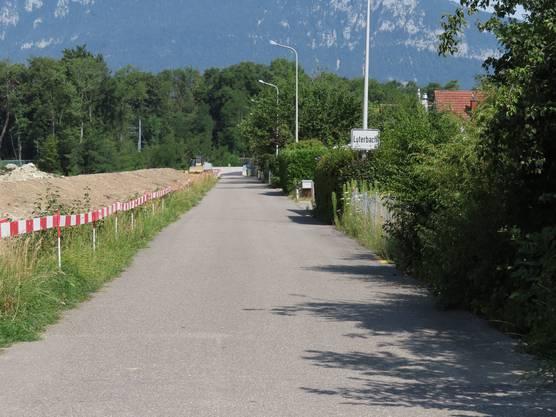 Via untere Emmengasse geht es Richtung Bocciaweg und Bahnübergang nach Luterbach.