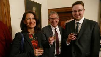 SPD-Kreisvorsitzende Rita Schwarzelühr-Sutter und Alexander Wunderle vom SPD-Stadtverband Bad Säckingen (rechts) stossen mit Urs Hofmann an. Axel Kremp