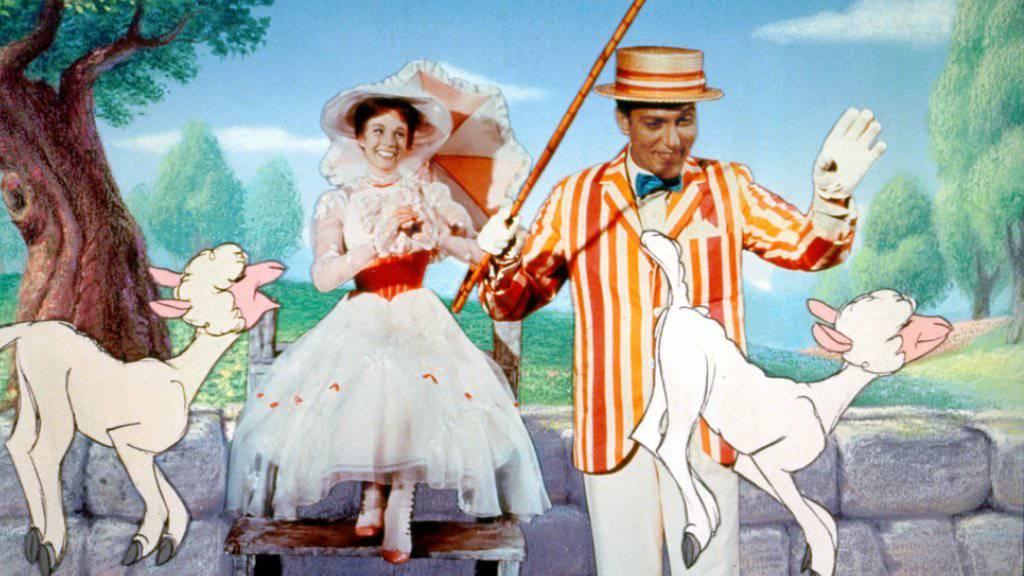Julie Andrews als Mary Poppins und Dick Van Dyke als Bert in einer Szene aus dem «Mary Poppins»-Filmmusical aus dem Jahr 1964. Nun kommt die Fortsetzung (Archiv).