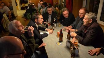 Mit einem alkoholfreien Bier zieht Landammann Urs Hofmann im Restaurant Weingarten in Thalheim von Tisch zu Tisch.