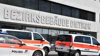 Der Schweizer stand wegen grober Verkehrsregelverletzung und Vernachlässigung von Unterhaltspflichten vor dem Bezirksgericht Dietikon. Die Anwälte des Ex-Ehepaars arbeiten an einem Kompromiss, weswegen das Gericht mit der Urteilsberatung bis Ende Juni wartet. (Symbolbild)