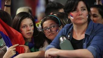 Warten auf das Endresultat: Anhänger des linken Regierungsbündnisses Frente Amplio warten im Hauptquartier in Montevideo auf Ergebnisse zur Präsidentenwahl.