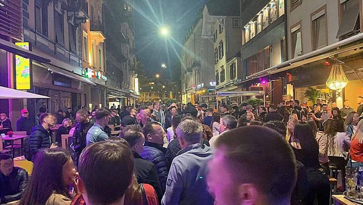 In der Steinenvorstadt sind am Samstagabend viele Partygänger zu sehen. Die Distanzregeln werden nicht eingehalten.
