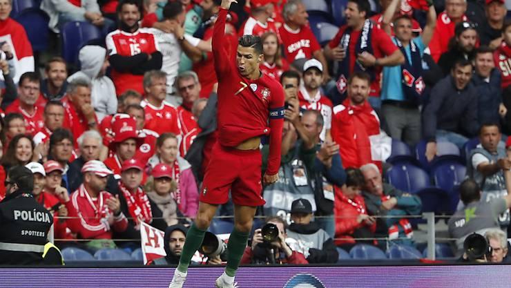 Jubel à la CR7: Cristiano Ronaldo zelebriert sein Freistosstor nach 25 Minuten. Dem 1:0 für Portugal war ein umstrittener Foul-Pfiff gegen Kevin Mbabu vorangegangen