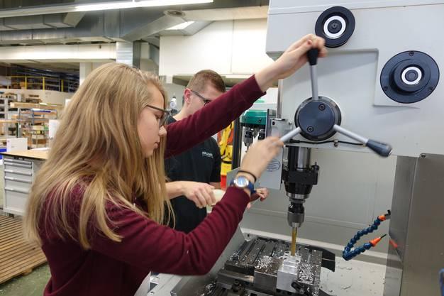 Emma Bliss, Schülerin, verbringt ihren Zukunftstag in der Firma Robotec in Seon.