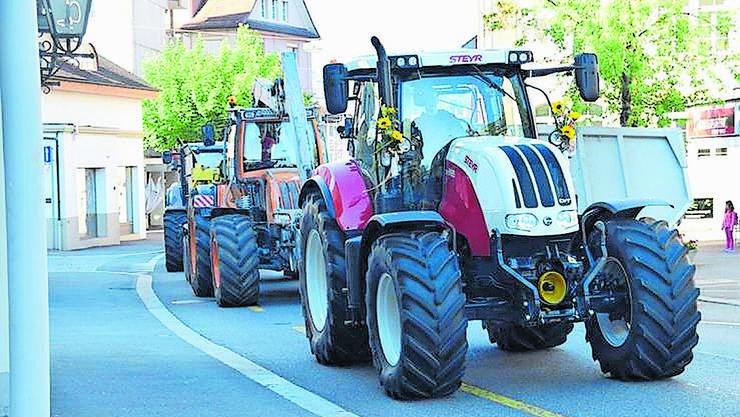 Traktoren auf der Zentralstrasse in Wohlen.