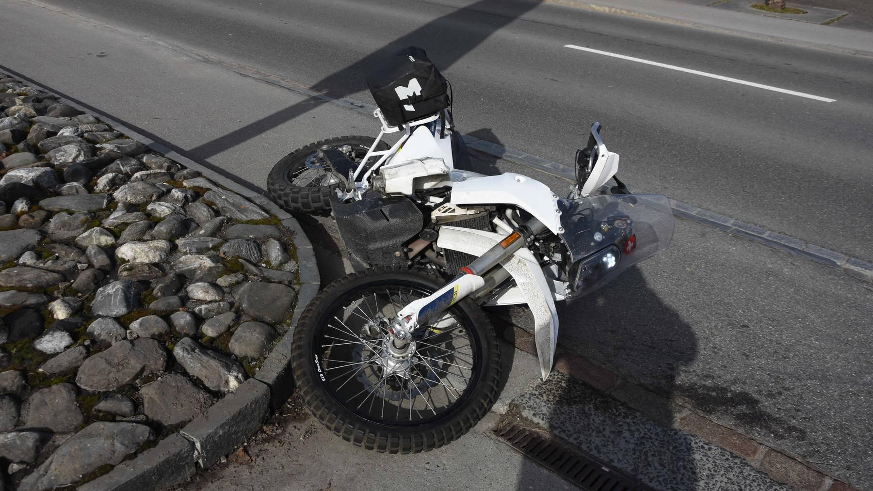 Der 65-jährige Töfffahrer wurde unbestimmt verletzt und mit der Rettung ins Spital gebracht.