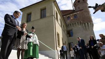 Regierungspräsidentin Nuria Gorrite (Mitte) und Regierungsrat Pascale Broulis (links) schneiden feierlich das Band ihres neuen Arbeitsortes durch.