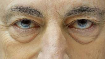 Können diese Augen lügen? Die Börsen meinen Ja. Zum ersten Mal hat ihnen Mario Draghi weniger Liquidität geliefert, als er aus ihrer Sicht versprochen hatte. Keystone