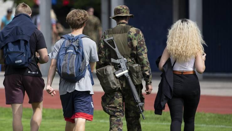 Der Schweizer Armee fehlen Rekruten. (Symbolbild)