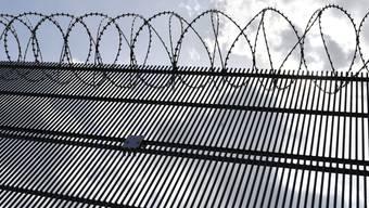 Hinter Gittern verstand unser Autor plötzlich mehr. (Symbolbild)
