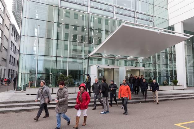 Mitarbeiter von General Electric verlassen das Konnex-Gebäude in Baden. Sie wurden über den Stellenabbau informiert.  Ist jetzt einiges wieder anders?