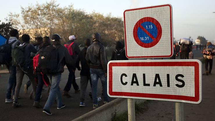 Zwei britische Schlepper boten Flüchtlingen Flüge aus der französischen Region Calais nach Grossbritannien an. (Symbolbild)