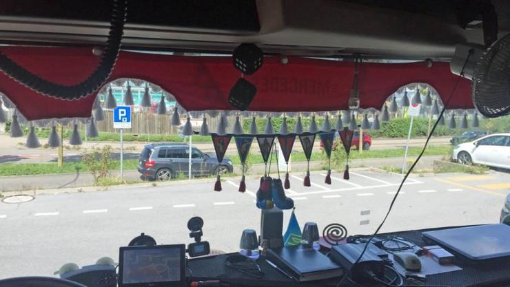 Dekorationen an der Frontscheibe am falschen Ort: Lastwagenfahrer im Kanton Schwyz angezeigt.