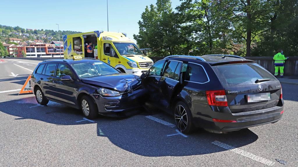 Taxi kracht in Auto – eine Person verletzt